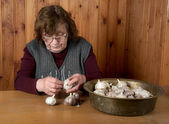 The old woman touches garlic — Stock Photo