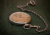 Vecchio orologio con catena sdraiato sul ruvido gree — Foto Stock