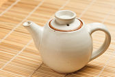 Bule de chá chinês na esteira de bambu — Fotografia Stock