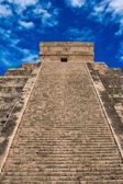 Stairs on Mayan pyramid in Chichen-Itza, — Stock Photo