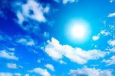 白い雲と空の太陽 — ストック写真