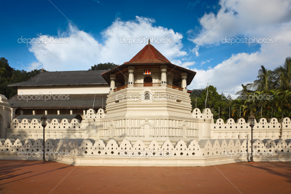 Very important Buddhist shrine - Temple of the Tooth. Sri Lanka — Stock Photo #1093168