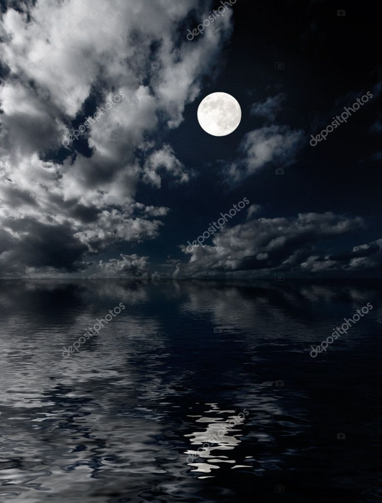 Moon and clouds above sea at night photo — Stock Photo #1113225