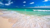 Mar y playa hermosa — Foto de Stock