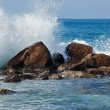Waves breaking against the rocks — 图库照片