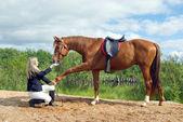 Vacker flicka och hennes stilig häst — Stockfoto
