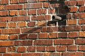 Tubo di metallo in un alto muro — Foto Stock