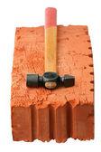 Ladrillo rojo y martillo — Foto de Stock