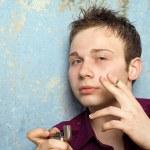 Portrait du jeune homme avec un cigaret — Photo