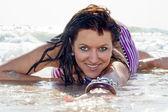 En美年轻女人说谎在海岸上 — 图库照片
