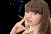 портрет молодой женщины с сигарой — Стоковое фото