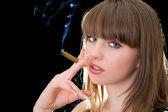 Bir puro ile genç bir kadın portresi — Stok fotoğraf