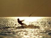 Kitesurf siluetas en un abismo en un soles — Foto de Stock