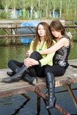 Dos hermosas chicas abrazándose en un moori — Foto de Stock