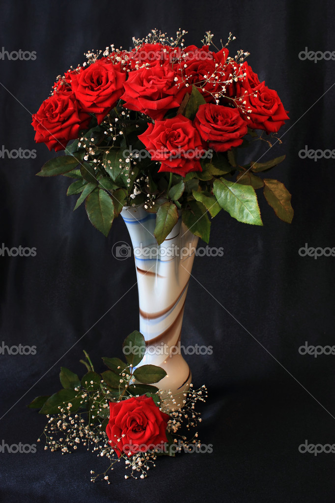 Bouquet of red roses in a decorative vase on a black background — ストック写真 #1131527