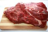 Carne su un tagliere — Foto Stock
