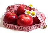Elma, camomiles ve santimetre. — Stok fotoğraf