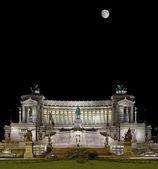 Il Vittoriano dominates over the Piazza — Stock Photo