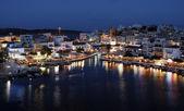 Night panorama of Aghios Nikolaos town i — Stock Photo