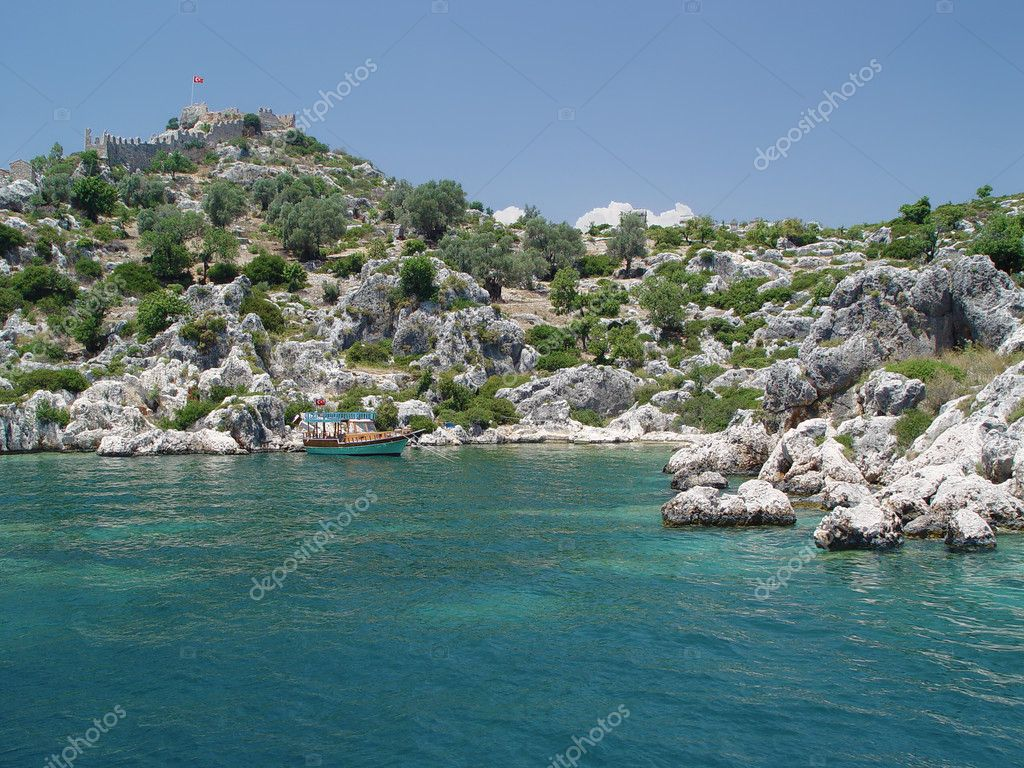 Old Turkey fortress under the bay with colour boat — Stock Photo #1136085