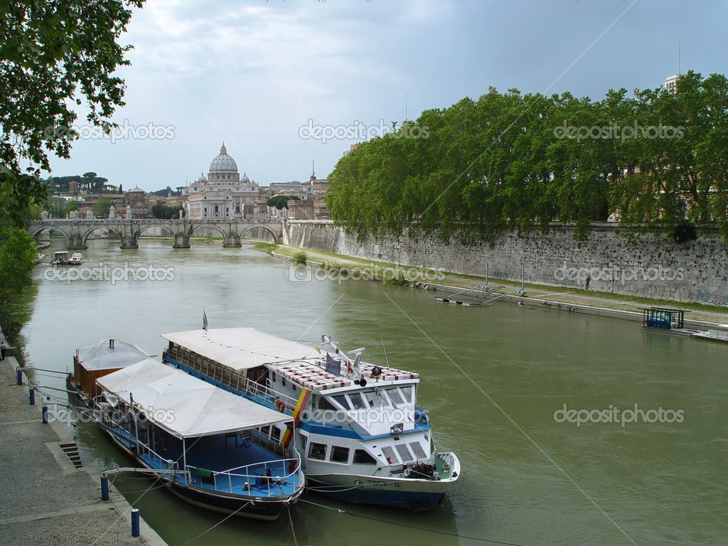 Tiber River, St. Peter's Basilica and Ponte Sant Angelo at daytime, Rome Italy — Stock Photo #1136151