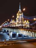The new Arbat bridge and hotel Ukraine. — Stock Photo