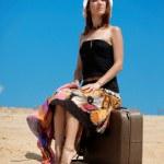 女孩和沙滩上的手提箱 — 图库照片