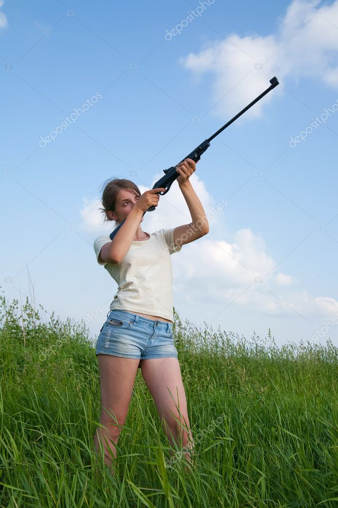 Young woman aiming a pneumatic air rifle — Stock Photo #1130618