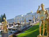 Golden sculptures in Peterhof — Stock Photo