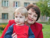 Gelukkig grootmoeder met haar kleinkind — Stockfoto