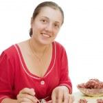 kobieta co Knedle z mięsem — Zdjęcie stockowe
