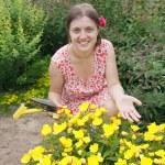 mujer en el jardín de la yarda — Foto de Stock