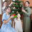 Family decorating Christmas tree at home — Foto Stock
