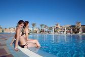 Holky v bazénu v resort hotel — Stock fotografie