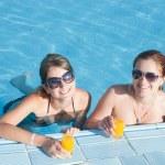 meninas na piscina tropical com suco de laranja — Fotografia Stock  #2141536