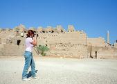 Garota é fotografar o templo de karnak — Foto Stock