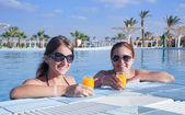 Girls relaxing at resort hotel — Stock Photo