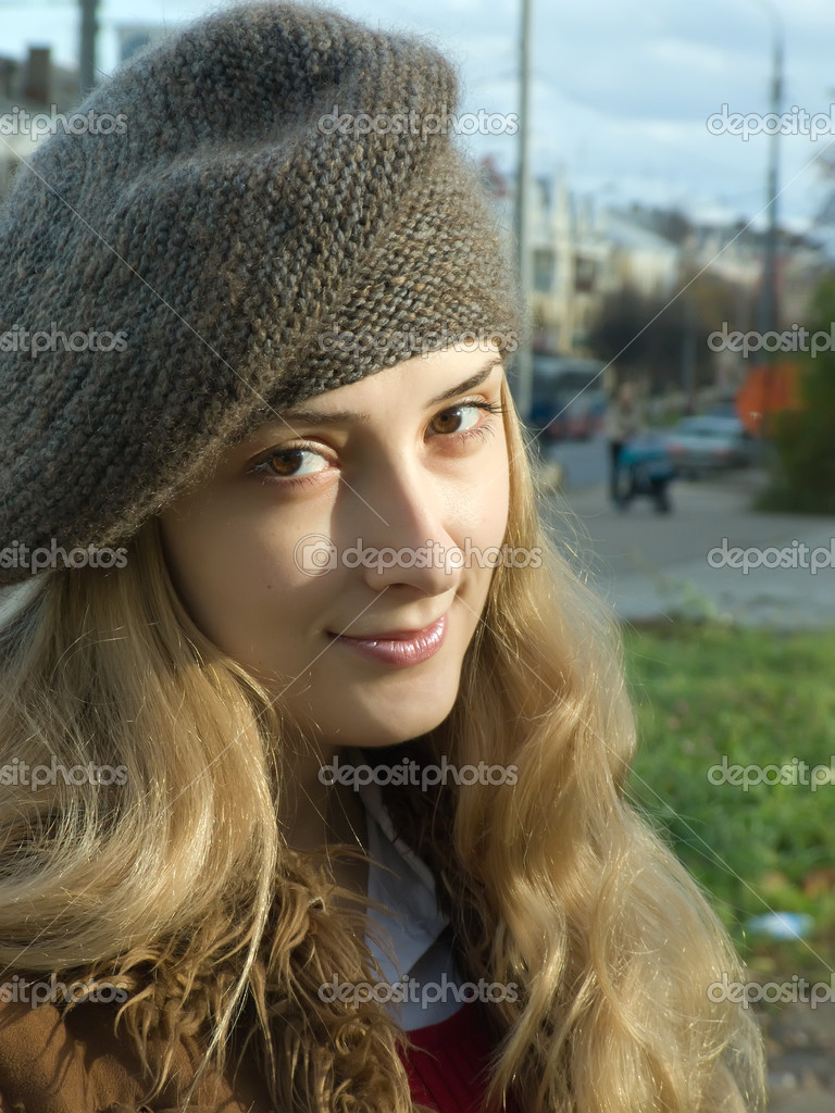 Smiling girl in beret at autumn street — Stock Photo #2208811