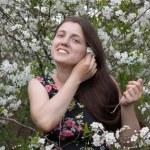 花の咲く庭で女性 — ストック写真