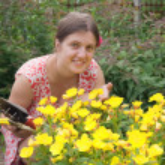flicka florister arbetar i trädgården — Stockfoto