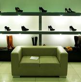 W sklepie obuwniczym. — Zdjęcie stockowe