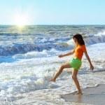 meisje spelen op het strand — Stockfoto