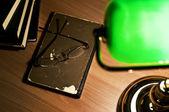 Lámpara de mesa verde y libro abierto — Foto de Stock