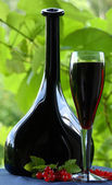 Red wine and red currant — Stock Photo