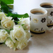 Coffee and whites roses — Stock Photo