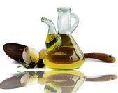 оливковое масло, лук и оливки — Стоковое фото