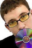 Muž v černé bundě s cd — Stock fotografie
