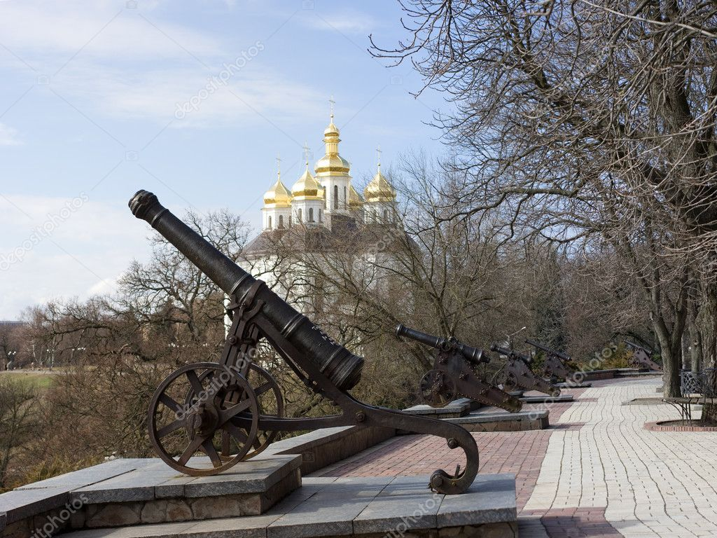 Old cannon's in Chernigov. On background park and cossack's church. — Stock Photo #1308968
