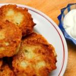 Potato pancakes with sour cream — Stock Photo
