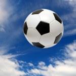ballon de soccer football sous le ciel bleu — Photo